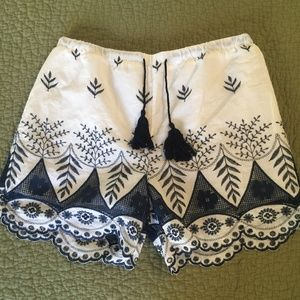 EMBROIDERED SHORT SHORTS
